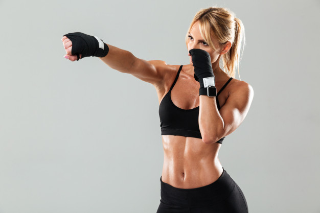 chica realiza ejercicio Jab de boxeo