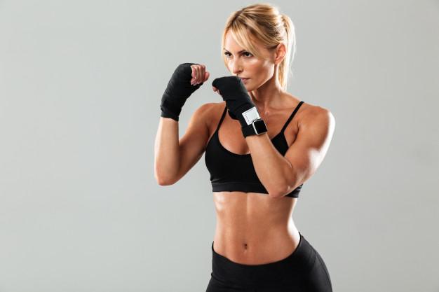 chica en posición básica de deporte de boxeo