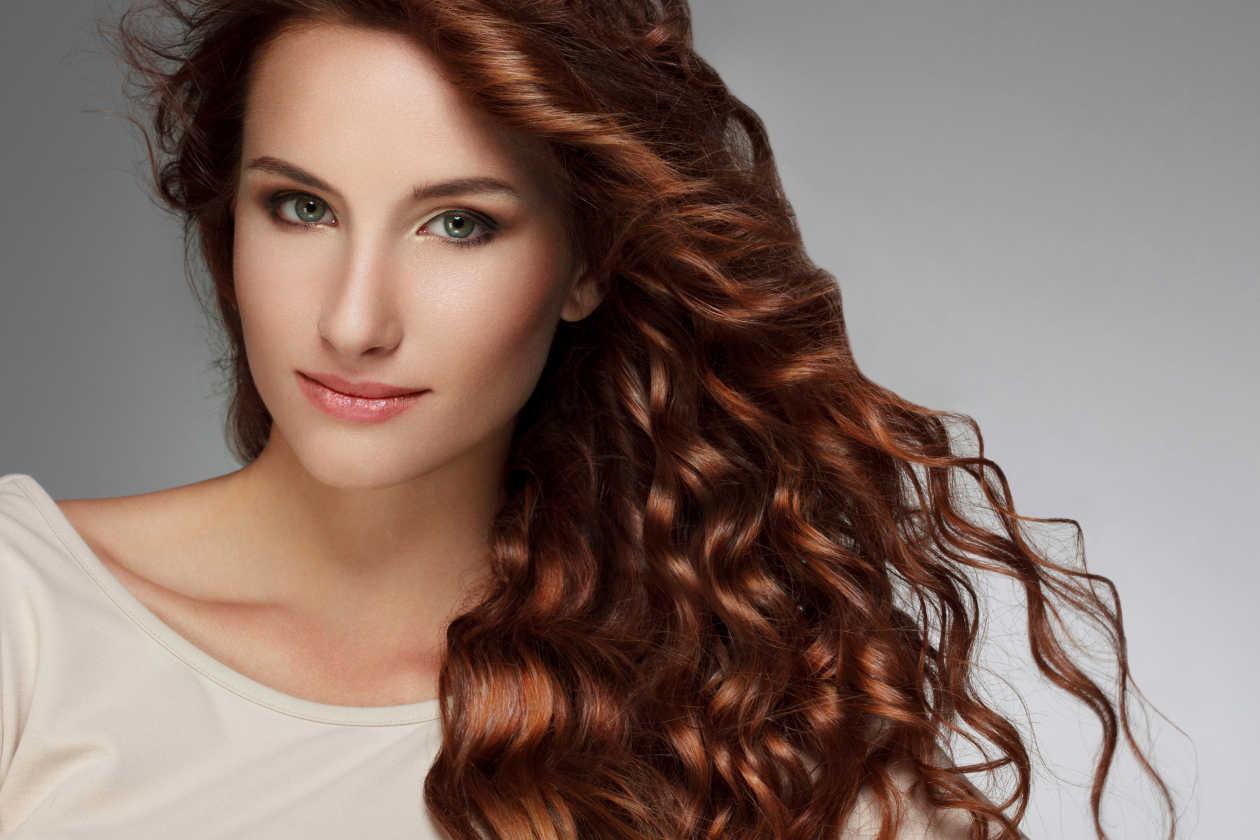 Las vitaminas son las involucradas en el crecimiento del cabello y las que estimulan y protegen los folículos pilosos