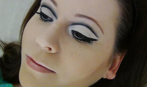 rostro de mujer con cejas al estilo Twiggy