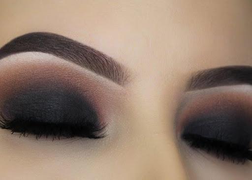 imagen de ojos de mujer con maquillaje Smokey eyes