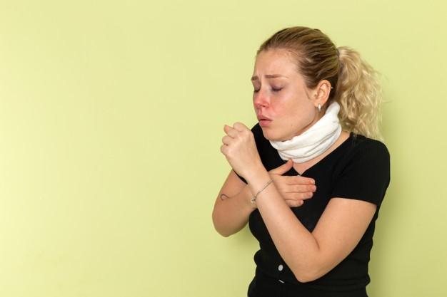 Chica que tiene tos y la desea eliminar con un remedio