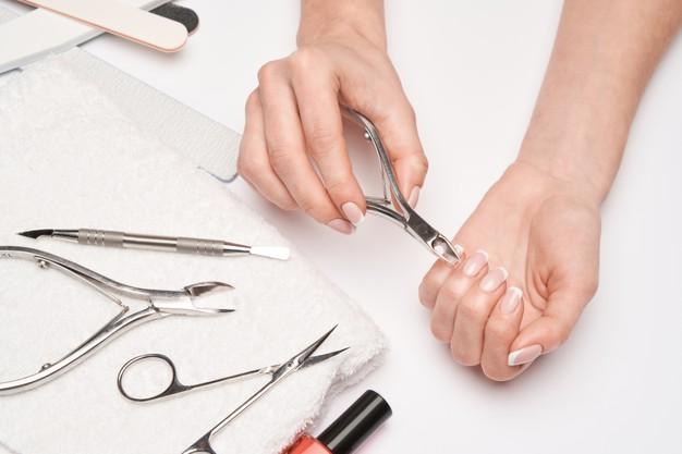 mujer con uñas largas por aplicar tratamiento para fortalecer