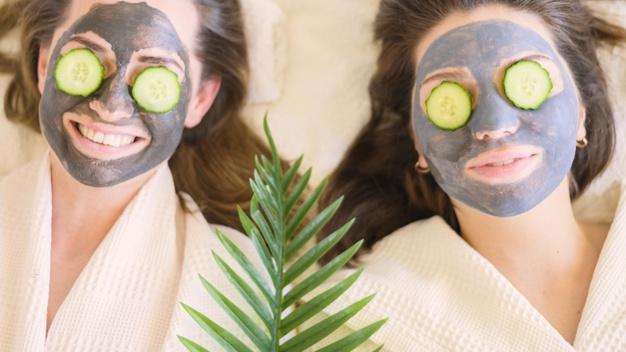 chicas con tratamiento de pepino para las ojeras